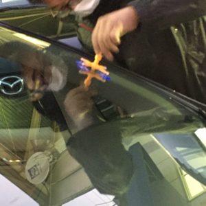 ガラス傷跡を補修してます